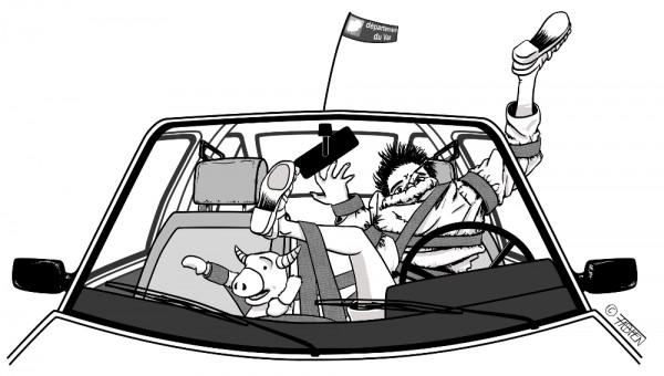 Sofsof enfile son pull avec la ceinture de sécurité